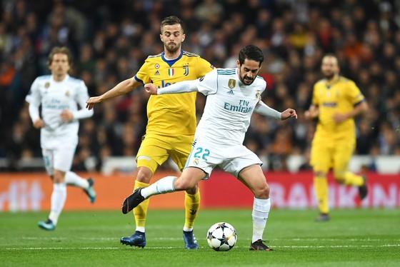Miralem Pjanic (trái, Juventus) tranh bóng với Isco (Real Madrid)