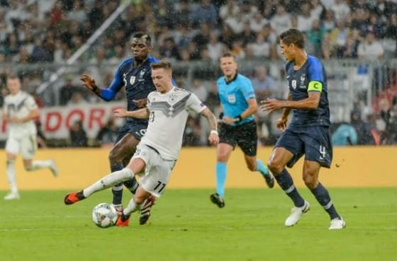Marco Reus đi bóng trước khung thành tuyển Pháp.
