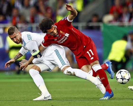 Sergio Ramos từng bị dọa giết vì gây chấn thương cho Mo Salah ảnh 1