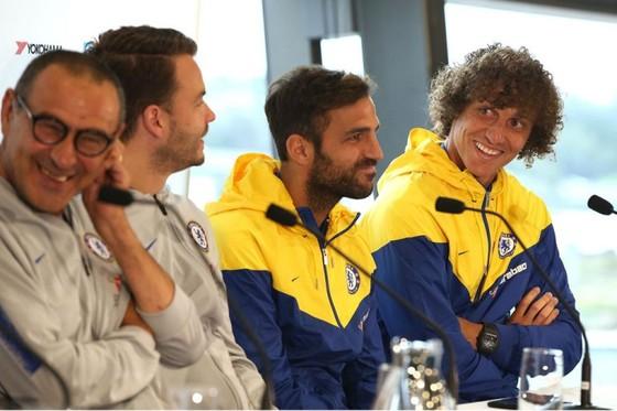 David Luiz (bìa phải) và HLV Maurizio Sarri (bìa trái)