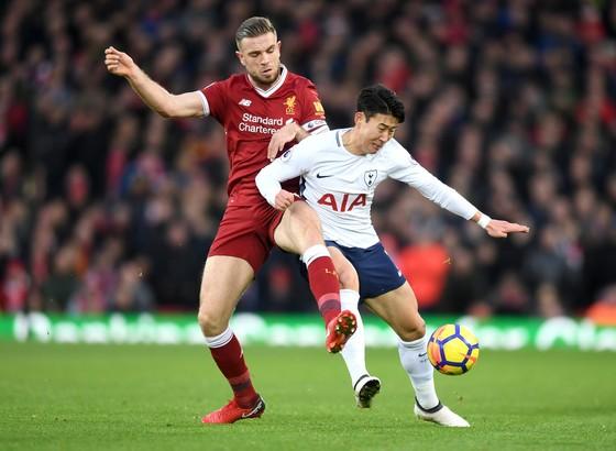 eung-Min Son (phải, Tottenham) tranh bóng với Jordan Henderson (Liverpool)
