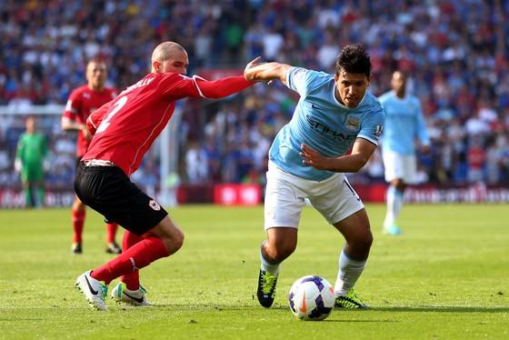 Sergio Aguero (phải, Man.City) đi bóng qua hậu vệ Cardiff.