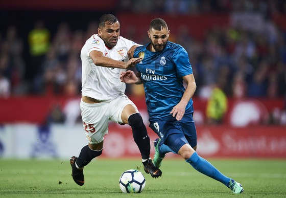 Karim Benzema (Real Madrid) tranh bóng với Gabriel Mercado (Sevilla)