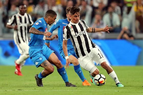 Paulo Dybala (Juventus, phải) đi bóng trước Allan (Napoli)
