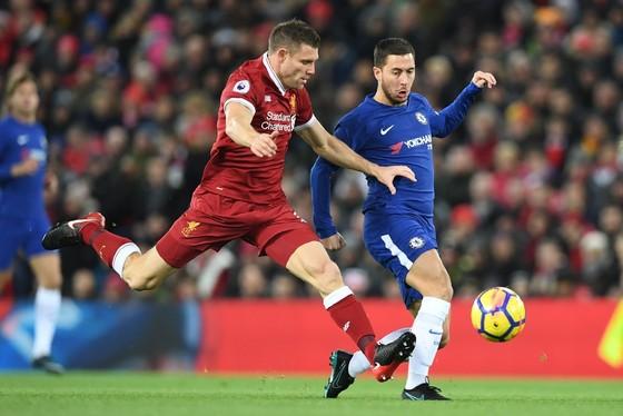 Eden Hazard (phải, Chelsea) tranh bóng với James Milner (Liverpool)