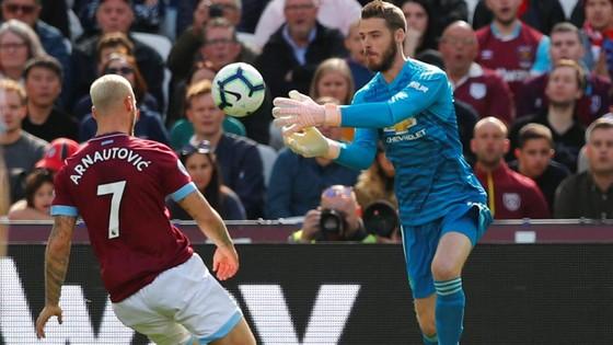 Thủ thành De Gea vất vả đầu trận vì Man.United khnhập cuộc thận trọng.