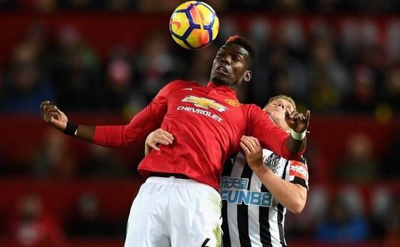 Paul Pogba (trái, Man.United) kiểm soát bóng trước hậu vệ Newcastle.