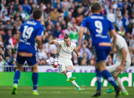 Gareth Bale sút phạt trong trận gặp Alaves mùa qua.