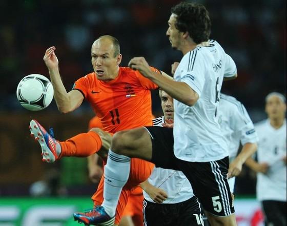 Hà Lan (trái, Robben) luôn là đối thủ kỵ rơ với tuyển Đức (Mats Hummels)
