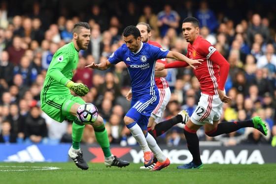 Pedro (Chelsea, giữa) vượt qua thủ thành De Gea (Manchester United)