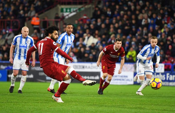 Mo Salah (trái, Liverpoo) tung luối Huddersfield mùa trước