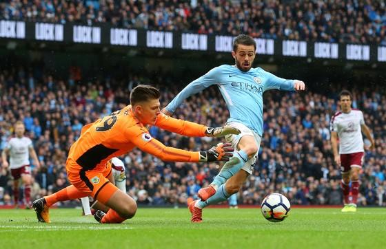 Bernardo Silva (phải, Manchester City) lừa bóng qua thủ thành Nick Pope (Burnley)