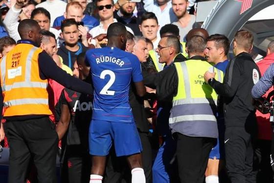 Điều gì khiến Mourinho nổi điên ở Stamford Bridge? ảnh 2