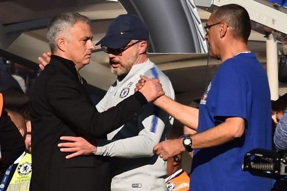 Trợ ý và HLV Maurizio Sarri đã đến xin lỗi Mourinho