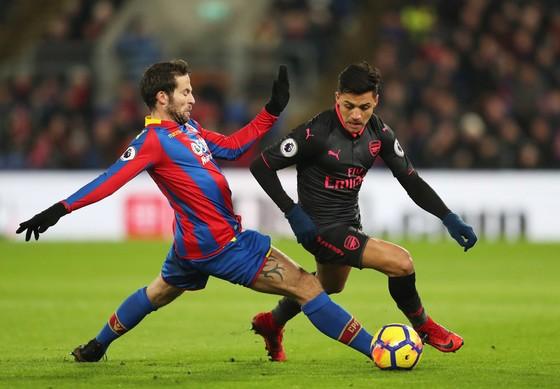 Alexis Sanchez (Arsenal) vượt qua Yohan Cabaye (Crystal Palace)