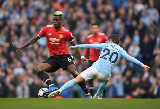 Paul Pogba (Man United, trái) đi bóng qua Bernardo Silva (Man City)