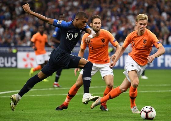Kylian Mbappe ghi bàn mở tỷ số cho Pháp ở lượt đi
