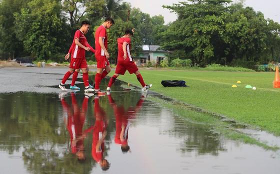 Đội tuyển Việt Nam suýt hủy buổi tập quan trọng ở Myanmar vì mưa to ảnh 7