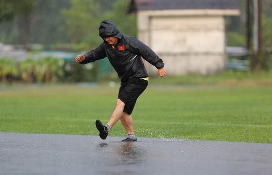 Đội tuyển Việt Nam suýt hủy buổi tập quan trọng ở Myanmar vì mưa to ảnh 6