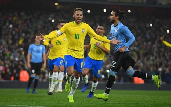 Neymar ăn mừng bàn thắng cho Brazil.
