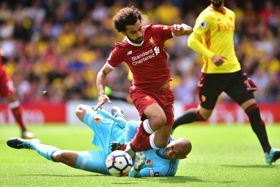 Mo Salah đột phá qua thủ thành Mohamed Salah (phải, Liverpool) Heurelho Gomes (Watford)