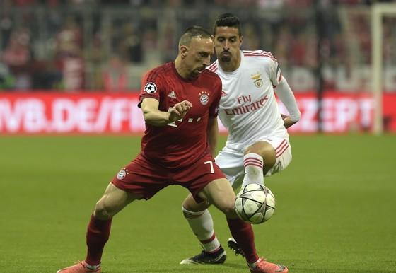 Franck Ribery (trái, Bayern) đi bóng trước Andre Almeida (Benfica)