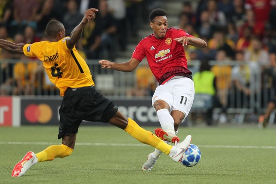Anthony Martial (phải, manchesyer United) sút cầu ,môn Young Boys