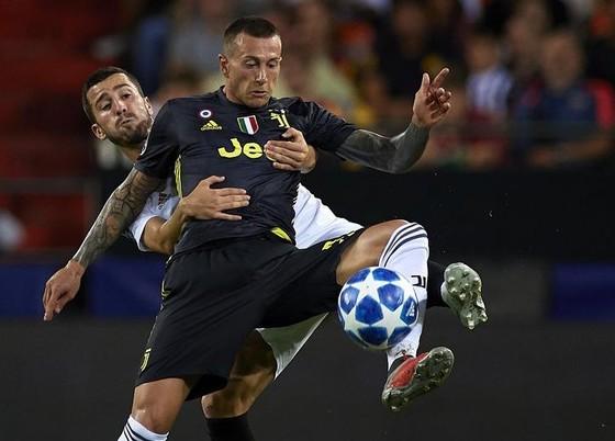 Jose Luis Gaya (Valencia) phạm lỗi với Federico Bernardeschi (Juventus)
