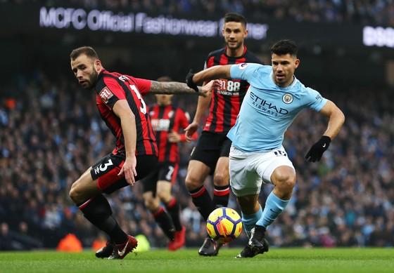Sergio Aguero (phải, Man City) đi bóng qua hậu vệ Bournemouth.