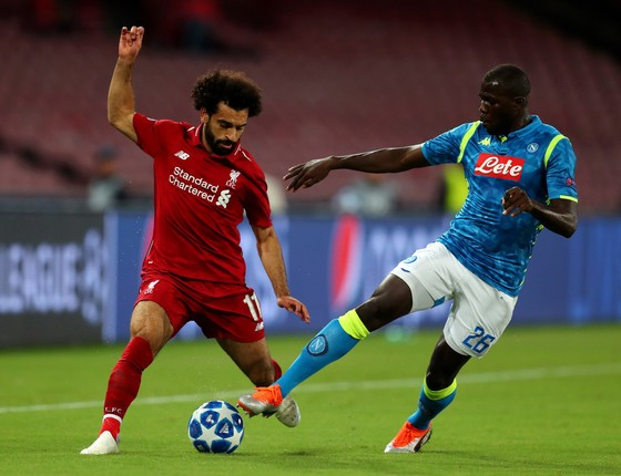 Mohamed Salah (trái, Liverpool) đi bóng qua hậu vệ Kalidou Koulibaly (Napoli)