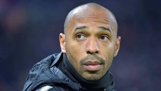 HLV mới ra ràng Thierry Henry