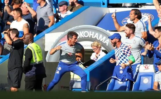 Trợ lý Zola ăn mừng chiến thắng.