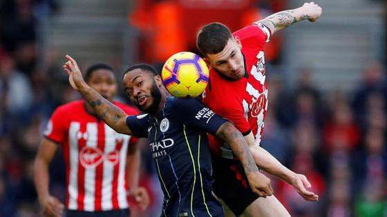 Raheem Sterling tranh bóng với hậu vệ Southampton