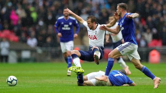 Harry Kane trong vòng vây hậu vệ Cardiff