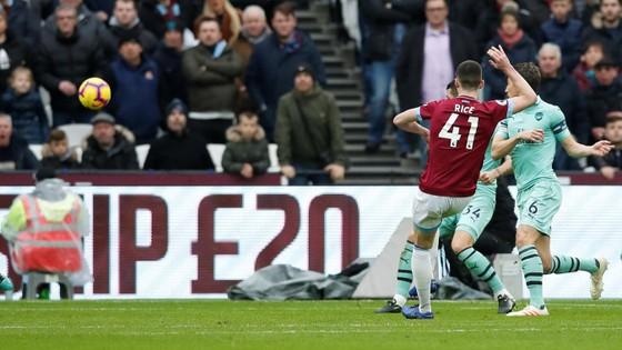 Samir Nasri tỏa sáng khi West Ham nhấn chìm Arsenal ảnh 7