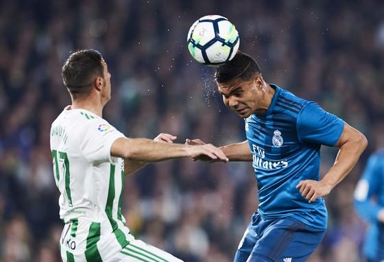Casemiro (phải, Real Maderid) đánh đầu trước cầu thủ Betis.
