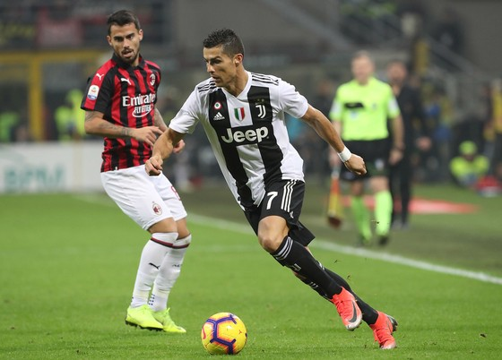 Ronaldo ghi bàn vào lưới AC Milan ngay trên sân San Siro.