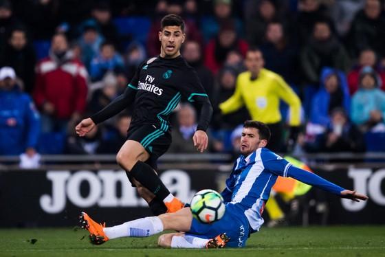 Asensio (trái, Real Madrid) ghi bàn vào lưới Espanyol.
