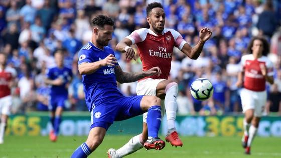 Tiền đạo Aubameyang (phải, Arsenal) tranh bóng với hậu vệ Cardiff.