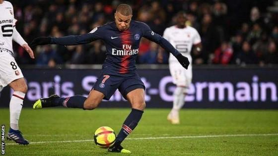 Kylian Mbappe sút bóng trước khung thành Rennes
