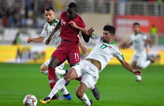 Almoez Ali (giữa, Qatar) ghi bàn thứ 2 để ghi tên vào lịch sử