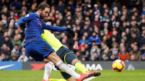 Gonzalo Higuain mở tỷ số cho Chelsea.