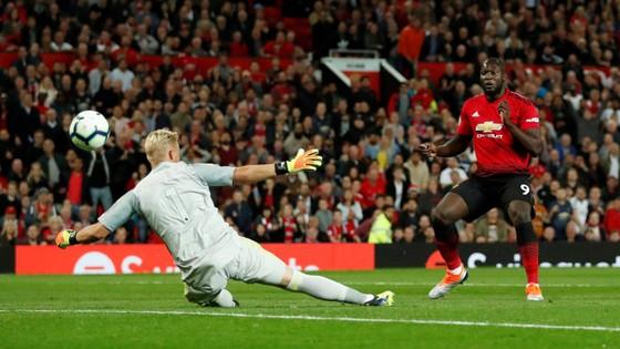 Romelu Lukaku ghi bàn vào lưới Schmeichel (Leicester)