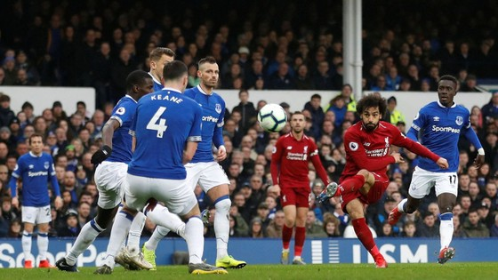 Mo Salah tung cú sút trước hàng thủ dày đặc của Everton.