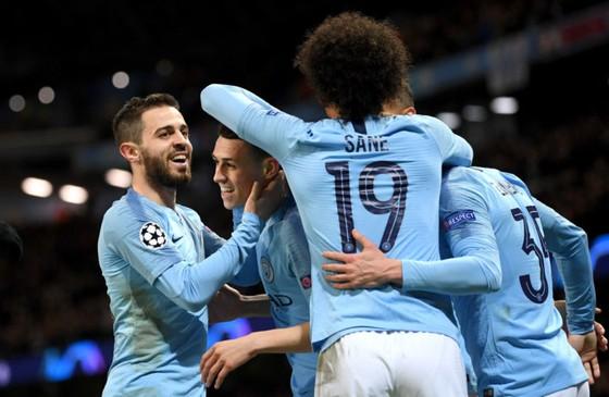 Bernardo Silva (trái) ăn mừng thắng lợi cùng Man City