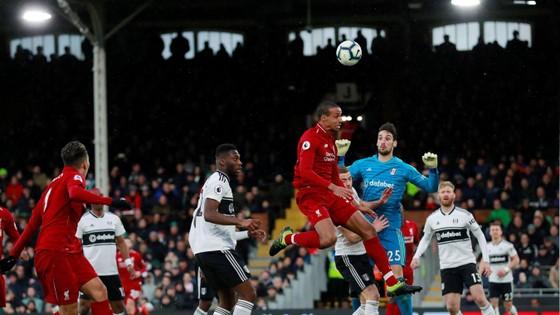 Fulham - Liverpool 1-2. Sadio Mane tỏa sáng, Liverpool chiếm ngôi đầu bảng ảnh 7