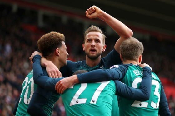 Harry Kane ăn mừng bàn thắng cùng đồng đội