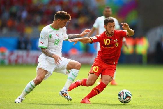 Eden hazard (phải, Bỉ) đi bóng qua hậu vệ tuyển Nga.