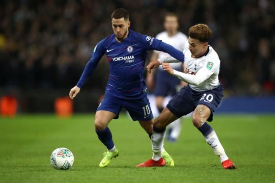 Eden Hazard (trái) tranh bóng với Dele Alli (Tottenham)