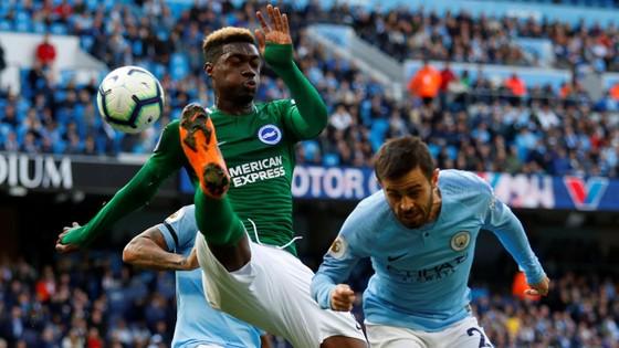 Bernardo Silva (phải) tranh bóng với hậu vệ Brighton